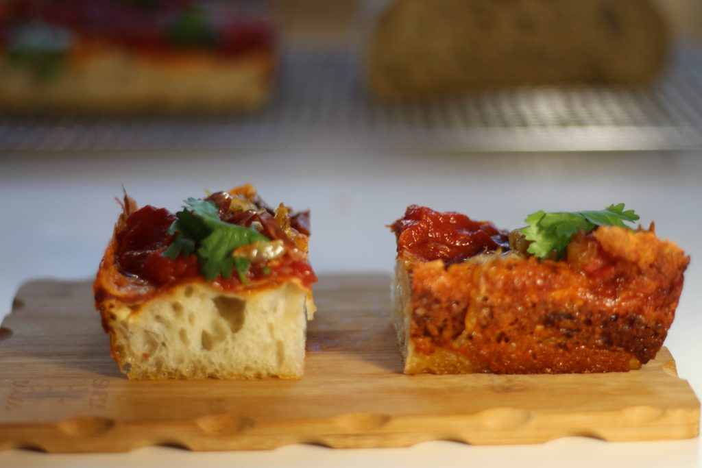 Detroit style pizza formaggio abbrustolito sulla crosta